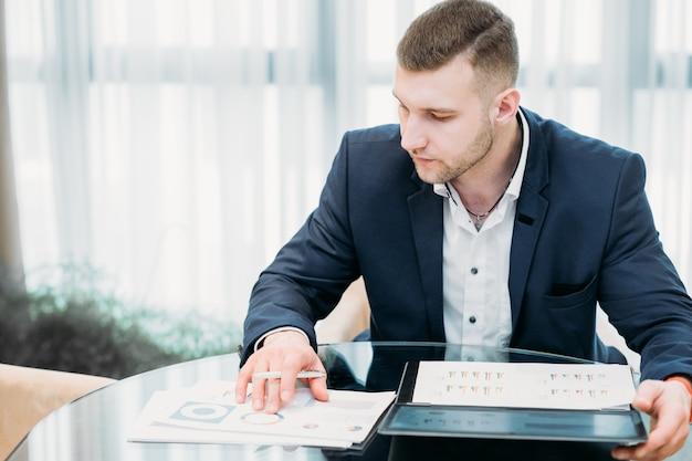 Homme d'affaires prospère dans l'espace de travail de bureau
