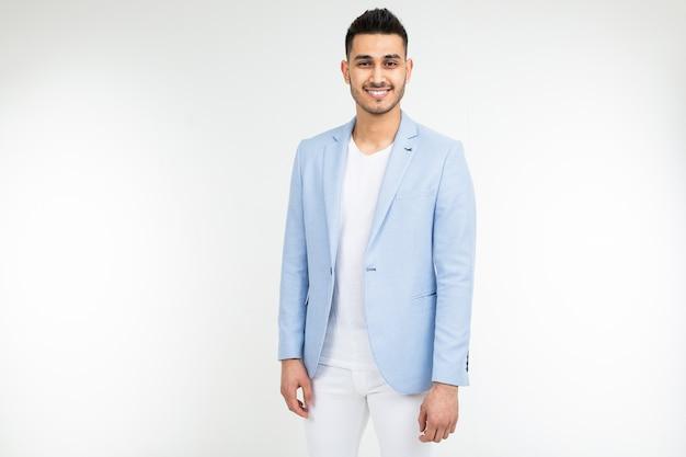 Homme d'affaires prospère dans une veste bleue posant