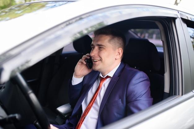 Homme d'affaires prospère, parler au téléphone et souriant.