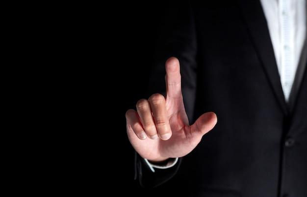 Homme d'affaires prospère pointez et touchez pour entrer cliquez pour choisir la clé professionnelle pour le succès numérique