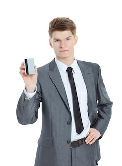 Homme d'affaires prospère tenant une carte de visite vierge.isolé sur fond blanc