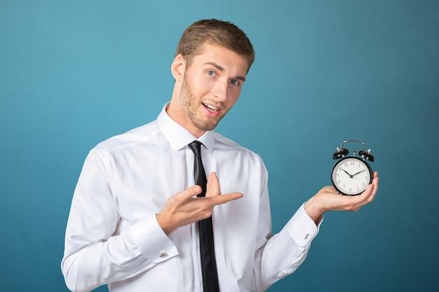 Homme d'affaires prospère en tenues pointant à l'horloge