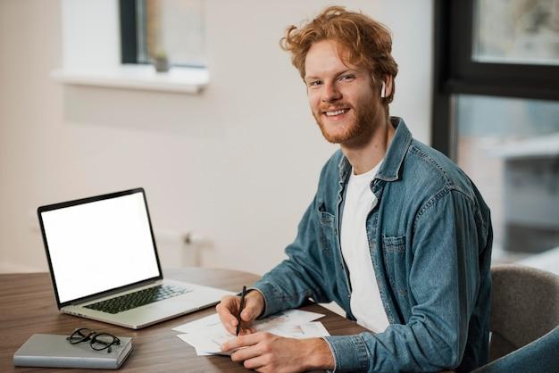 Homme d'affaires prospère travaillant au bureau