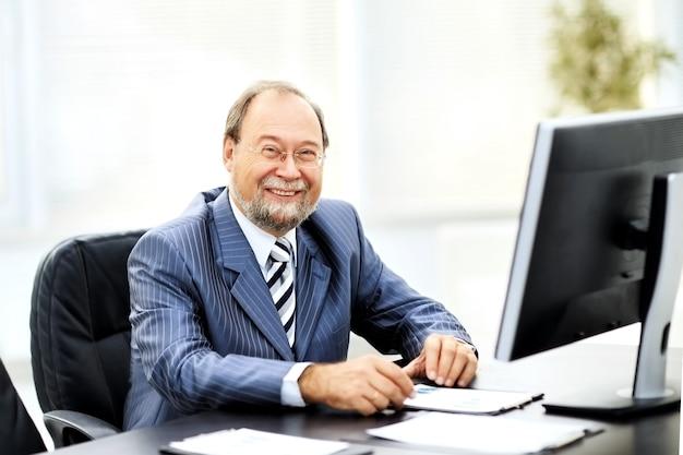 Homme d'affaires prospère travaillant avec des documents au bureau