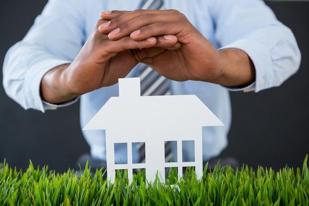 Homme affaires, protection, papier, découpé, maison, à, main