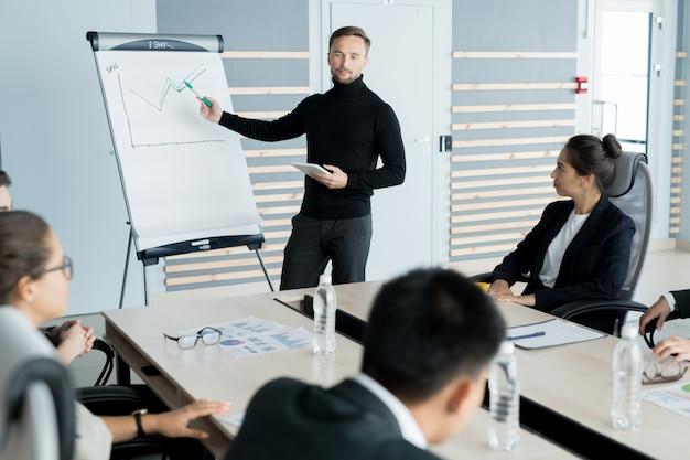 Homme affaires, rapporter, présentation