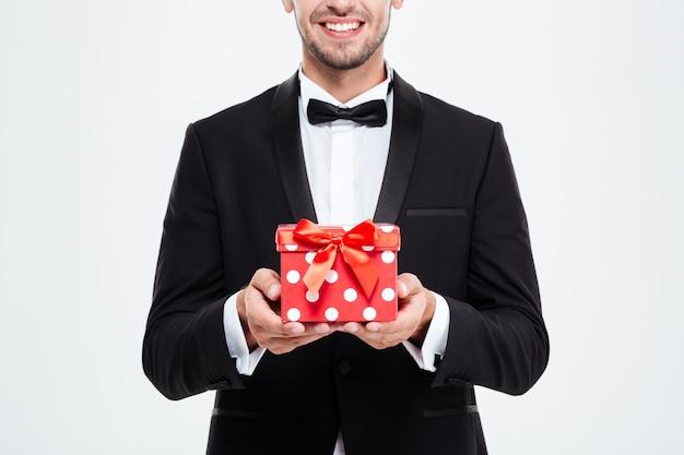Homme d'affaires recadré avec cadeau. fond blanc