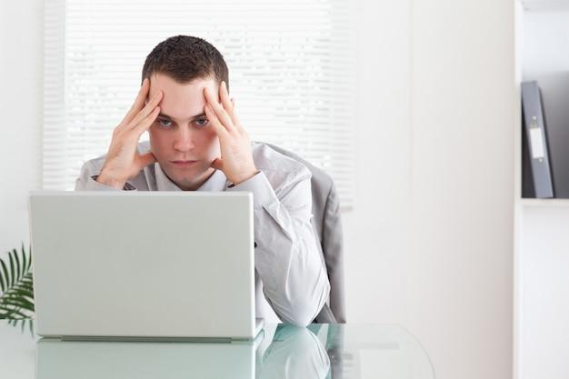 Homme d'affaires recevant de mauvaises nouvelles par email