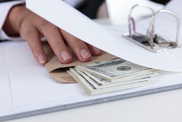 Homme d'affaires recevoir de l'argent dans l'enveloppe offerte dans le fichier - concepts de corruption et de corruption