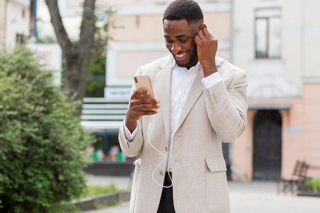 Homme d'affaires à la recherche sur smartphone