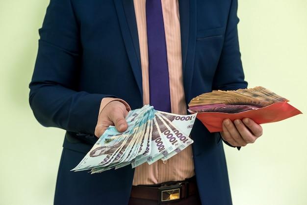 Homme d'affaires reçoit de l'argent sous forme de pot-de-vin dans une enveloppe