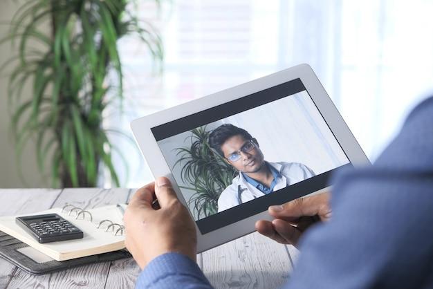 L'homme d'affaires reçoit une consultation médicale en ligne de la part de spécialistes.
