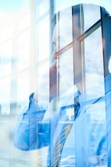 Homme d'affaires réflexion devant la fenêtre