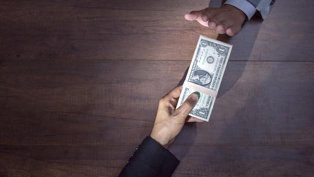 Homme d'affaires refusant de l'argent offert par un homme