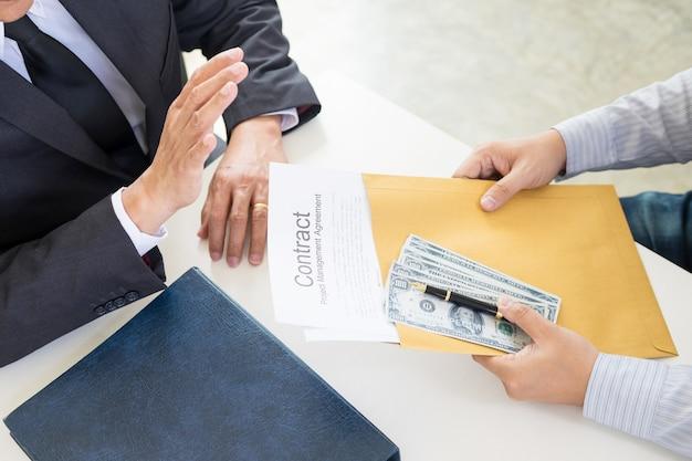 Homme d'affaires refuse de recevoir de l'argent avec le papier de l'accord