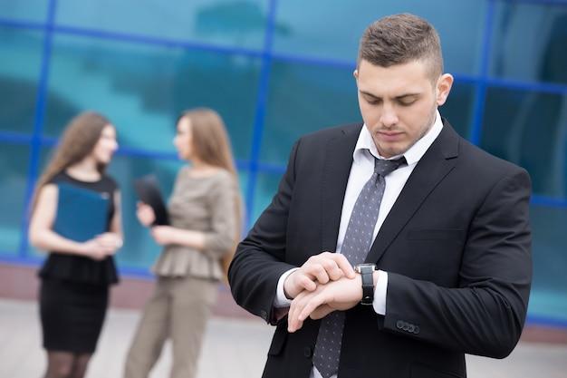 Homme d'affaires en regardant sa montre