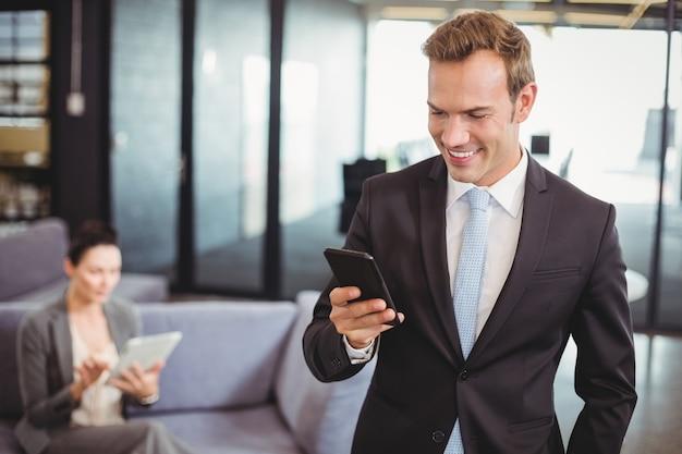 Homme d'affaires en regardant téléphone mobile