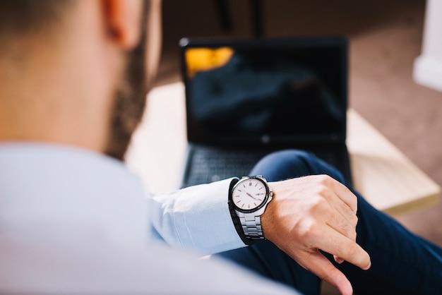 Homme d'affaires regardant le temps