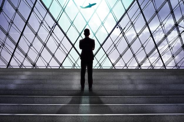 Homme affaires, regarder, avion, embarquement, dans, aéroport, départs, porte