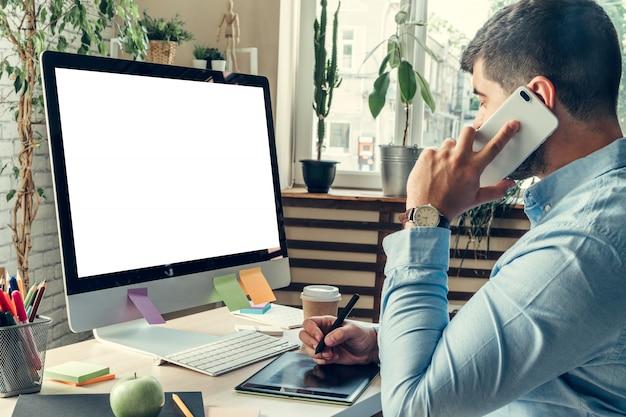 Homme affaires, regarder, ordinateur, moniteur, pendant, jour ouvrable, bureau