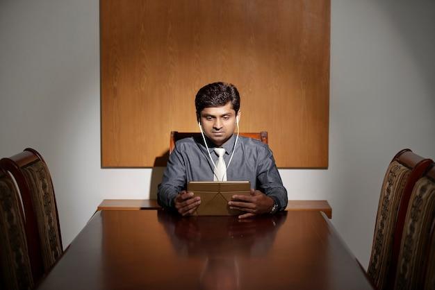 Homme affaires, regarder, présentation, ligne