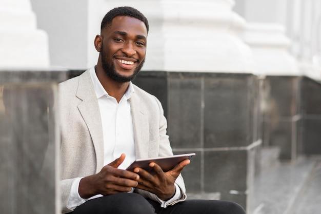 Homme affaires, regarder, tablette