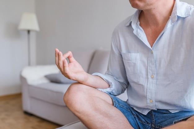 Homme d'affaires relaxant dans la position du lotus. fermer