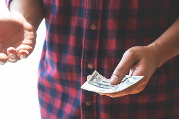 Homme d'affaires remet de l'argent sur une entreprise