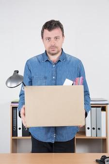 Homme d'affaires rentré de son bureau renvoyé par son patron