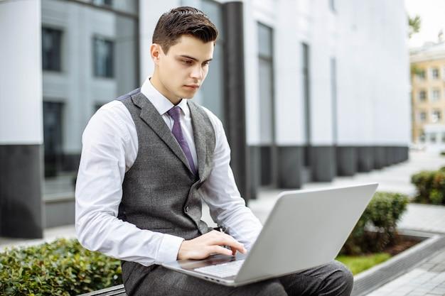 Homme d'affaires avec réseau informatique portable dans la ville