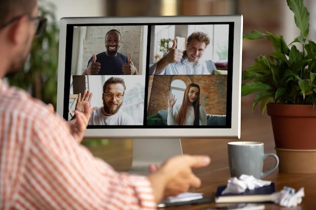 Homme d'affaires, responsable devant le moniteur lors d'une conférence en ligne avec des collègues et une équipe. travailler à domicile pendant le coronavirus ou la quarantaine covid-19