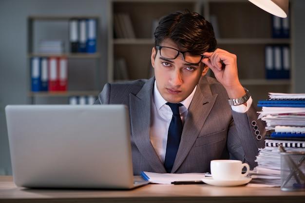 Homme d'affaires restant au bureau pendant de longues heures