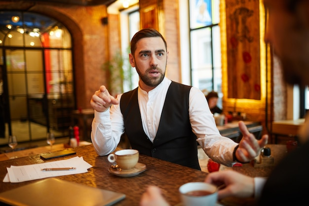 Homme affaires, restaurant