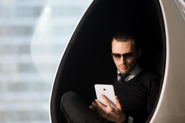 Homme d'affaires révisant le calendrier des réunions sur tablette