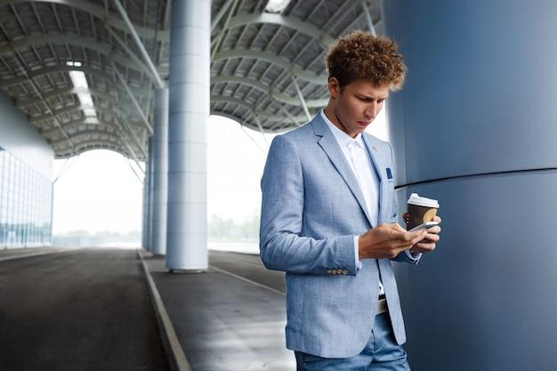 Homme d'affaires rousse, boire du café