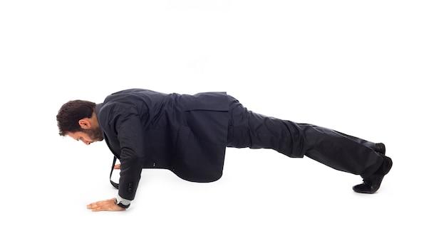 Homme d'affaires s'entraîne sur un mur blanc