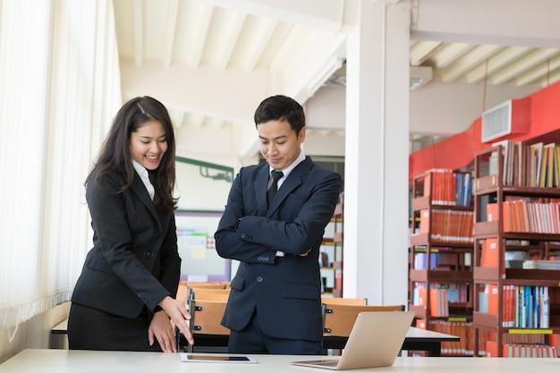 Homme d'affaires et sa secrétaire