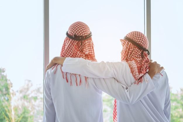 Homme d'affaires saoudien arabe avec un ami à l'hôtel