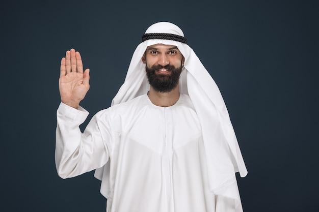 Homme d'affaires saoudien arabe sur bleu foncé