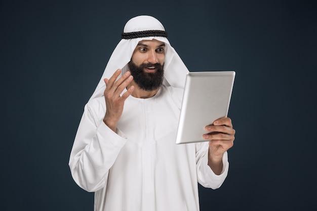 Homme d'affaires saoudien arabe sur fond de studio bleu foncé
