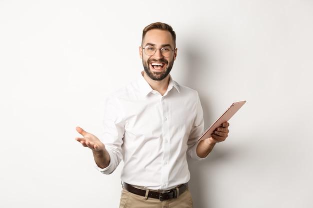 Homme d'affaires satisfait louant le bon travail, rapport de lecture sur tablette numérique, debout heureux