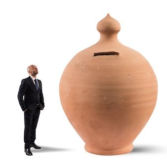 Homme d'affaires satisfait ressemble à une grande banque d'argent