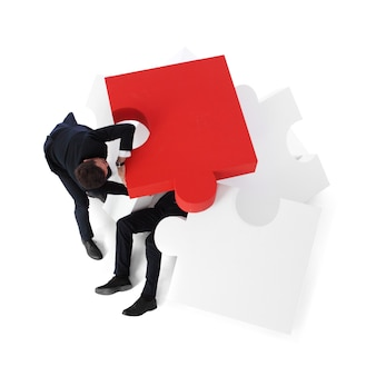 Un homme d'affaires en sauve un autre du concept de tas de problèmes, isolé sur fond blanc