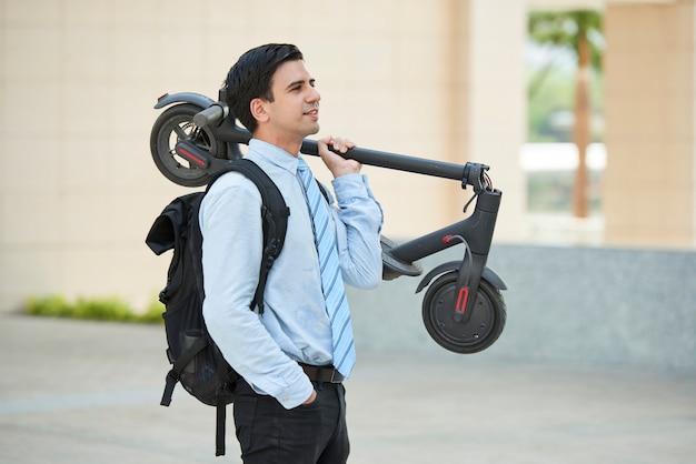 Homme d'affaires avec scooter dans la ville