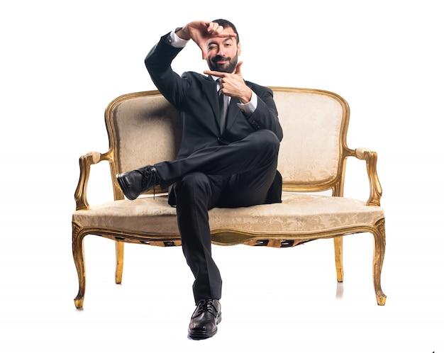 Homme d'affaires se concentrant sur ses doigts
