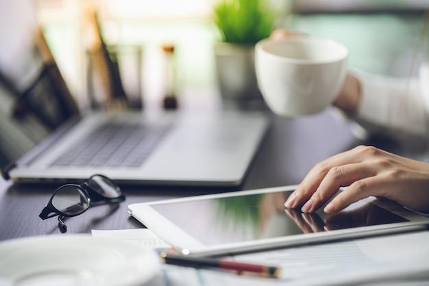 Homme d'affaires se détendre boire du café tout en travaillant sur un document dans le bureau