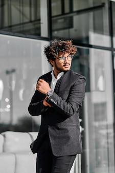 Un homme d'affaires se précipite au bureau
