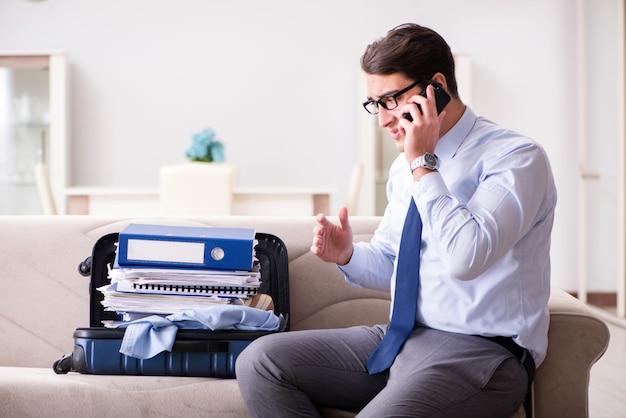 Homme d'affaires se préparant pour le voyage d'affaires