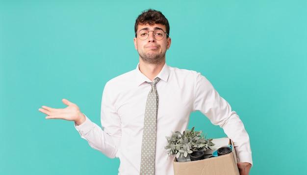 Homme d'affaires se sentant perplexe et confus, doutant, pondérant ou choisissant différentes options avec une expression amusante. notion de licenciement