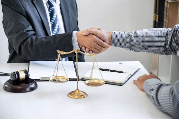 Homme d'affaires se serrant la main avec un avocat professionnel après avoir discuté d'une bonne affaire